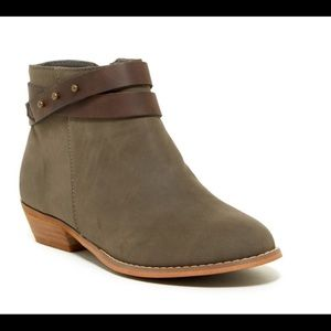 Adorable Harper Canyon girls faux leather bootie